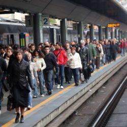 Pendolari in arrivo alla stazione ferroviaria di Milano Cadorna nella giornata in cui è stato indetto uno sciopero del trasporto, 18 ottobre 2013. ANSA / MATTEO BAZZI